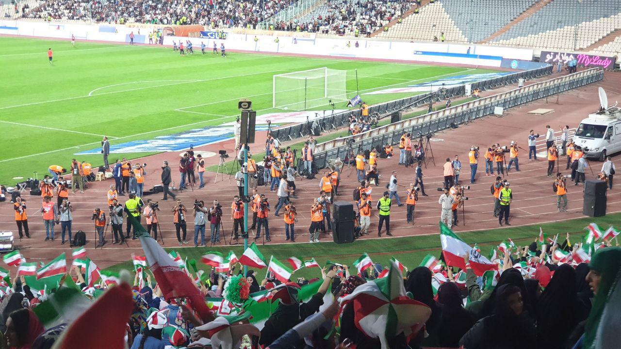 استقبال عکاسان از بانوان در استادیوم