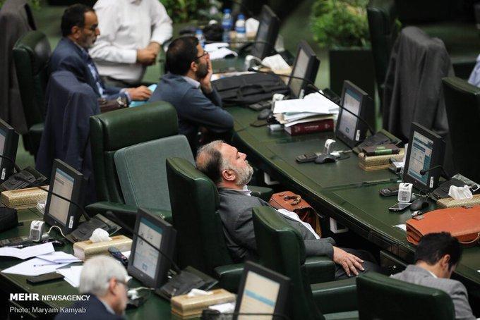 خوابیدن نماینده در مجلس