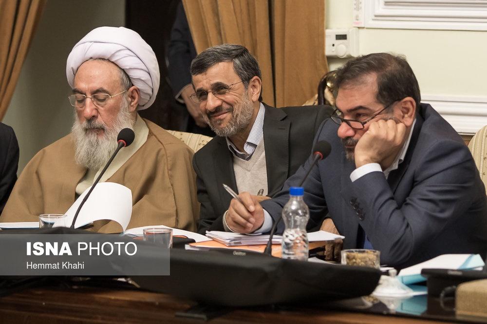 خنده احمدی نژاد هنگام اعتراض توکلی به رفتار این روزهای او + عکس