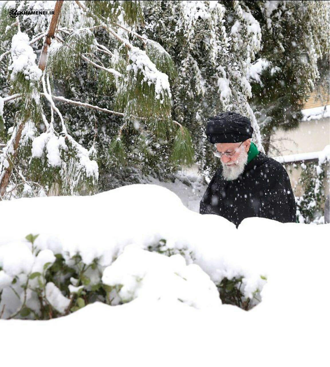رهبر معظم انقلاب در برف امروز تهران + عکس