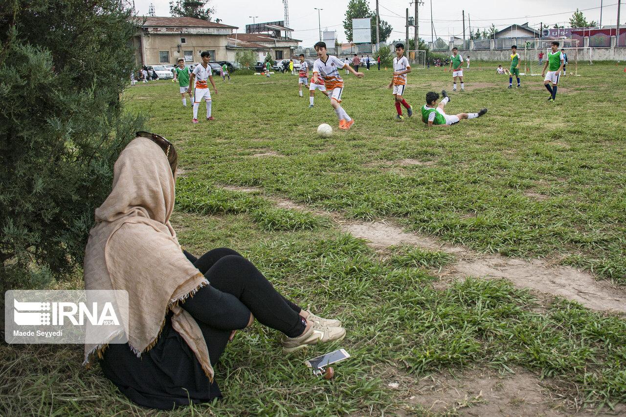 تماشای فوتبال نونهالان توسط بانوان