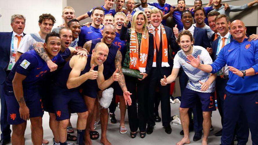 پادشاه هلند و همسرش در میان فوتبالیست ها