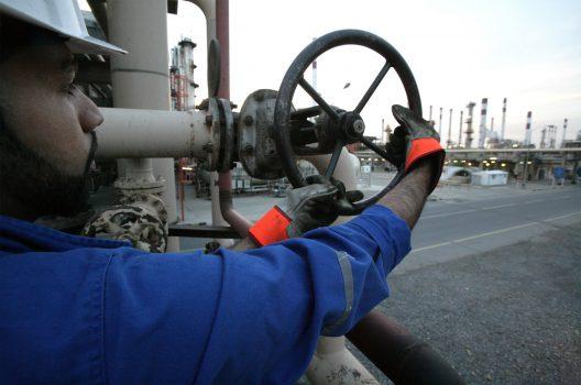 کارگران-شرکت-ملی-پالایش-و-پخش-فرآورده_های-نفتی-خوزستان-528x350