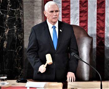 مخالفت پنس با برکناری ترامپ