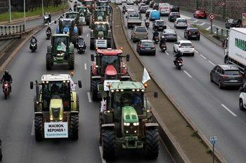 مسدودسازی مسیرها با تراکتور کشاورزان معترض +فیلم
