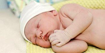 نگاه جالب نوزاد به پرستار پس از تولد+عکس