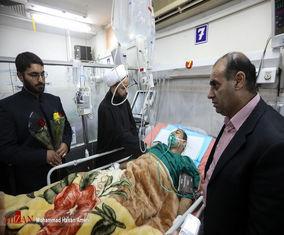 خدام حرم امام رضا (ع) به عیادت  مجروحین حمله تروریستی اهواز رفته اند! + تصاویر