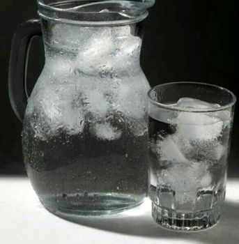 نوشیدن آب یخ چه بلایی سرتان می آورد