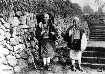 سال 1925 : یک زن و شوهر در راه یک معبد در ژاپن