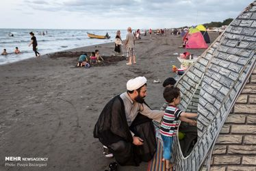 طلاب جوان در سواحل گیلان