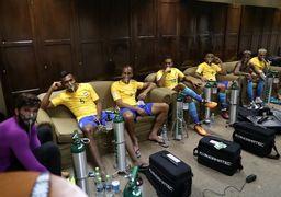 بازیکنان فوتبال برزیل زیر ماسک اکسیژن + تصویر