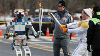 یک ربات مشعل المپیک را حمل کرد ! +عکس