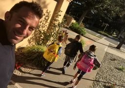 سلفی ایتالیایی محبوب و فرزندانش در راه مدرسه