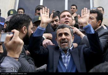 جنجال سازی احمدی نژاد در برابر دادگاه بقایی + عکس