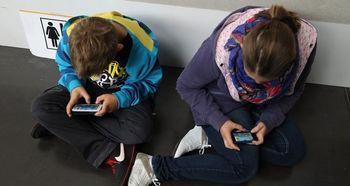 مراسم له کردن تلفن همراه دانش آموزان با چکش ! +فیلم