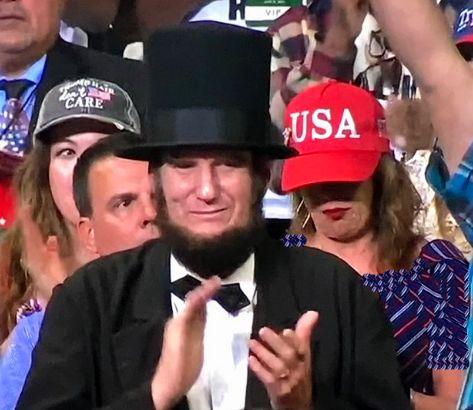 حضور «آبراهام لینکلن» در گردهمایی انتخاباتی ترامپ! + تصاویر