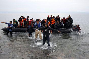 سیل مهاجران افغان در راه اروپا/ تبعات تحریم ایران دامن اروپاییها را میگیرد؟