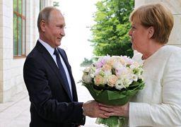 گل پرحاشیه ای که پوتین به مرکل داد +عکس