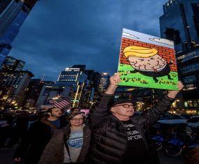 تصاویری از تجمع اعتراضی مردم مقابل هتل ترامپ