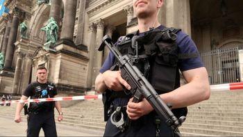فوری: کلیسای جامع برلین گلوله باران شد + تصاویر