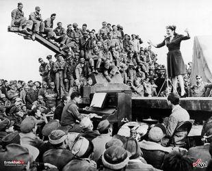 3 مارس 1943 : مارتا ری بازیگر و خواننده آمریکا در حال خوانندگی برای سربازان ارتش آمریکا در صحرای آفریقا