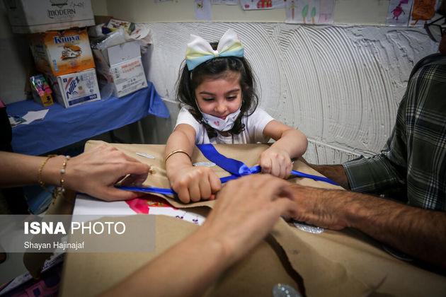 فاطمه 5 ساله مبتلا به بیماری سرطان است. او آرزو داشت تا تعداد زیادی اسباب بازی داشته باشد. آرزوی او در روزی که برای معاینه به بیمارستان مراجعه کرده بود در مطب دکتر برآورده شد.