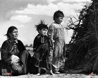 29 سپتامبر 1948 : یک زن از قبیله ناواهو با دو فرزندش در نیومکزیکو