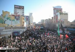 بدرقه 11 کیلومتری سردار سلیمانی در کرمان/  حضور پررنگ خبرنگاران داخلی و خارجی در مراسم تشییع